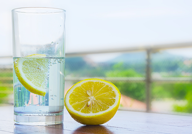 The benefits of lemon water, lemon and a glass of water