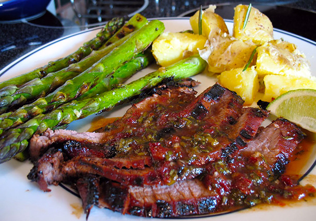 Grilled Flank Steak and asparagus with chipotle sauce, recipe