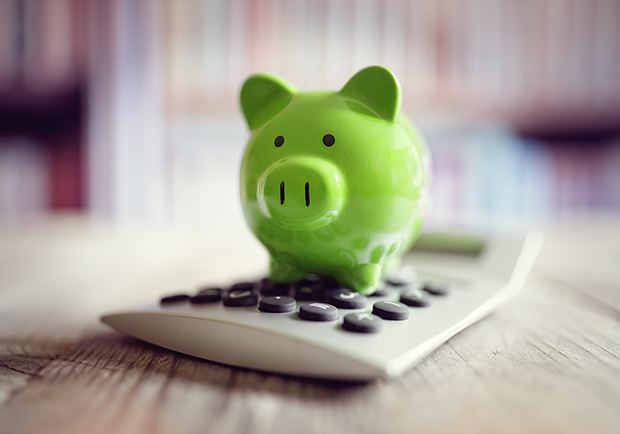 Piggy bank and calculator, 5 tips for starting and maintaining a budget